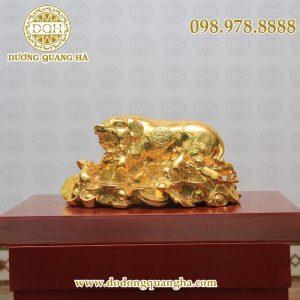Lợn nằm trên đống tiền mạ vàng