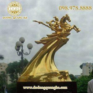Tượng Thánh Gióng cưỡi ngựa mạ vàng